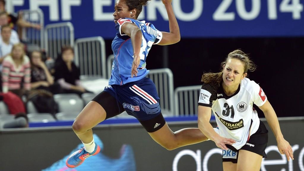 Tysklands Kerstin Wohlbold, her til høyre, var utvist da tyskerne scoret med for mange utespillere på banen. Foto: Andrej Isakovic (Afp)