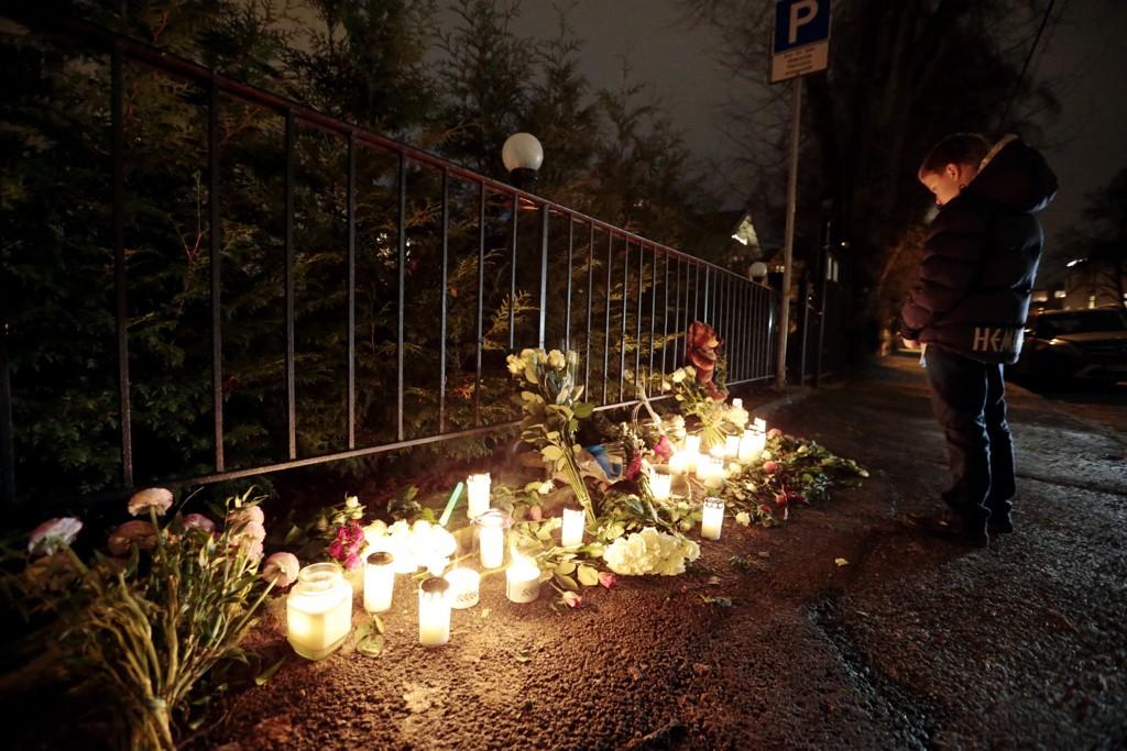 DAGEN DERPÅ: Utenfor den Pakistanske ambassaden i Oslo har flere lagt ned blomster og tent lys, etter massakeren hvor over hundre barn ble drept i et terrorangrep i Peshawar i Pakistan.
