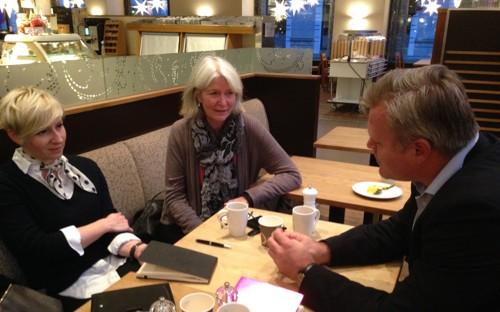 MENNESKERETTIGHETER I NORGE: Adela Knapova (til venstre) i samtale med Elin Gregusson og Marius Reierkås som begge er opptatt av kampen for menneskerettigheter i Norge.