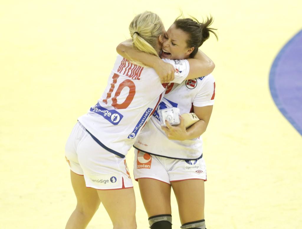 FINALEKLARE: Romvenninnene Stine Bredal Oftedal og Nora Mørk var mildt sagt lykkelige etter semifinale-seieren mot Sverige.