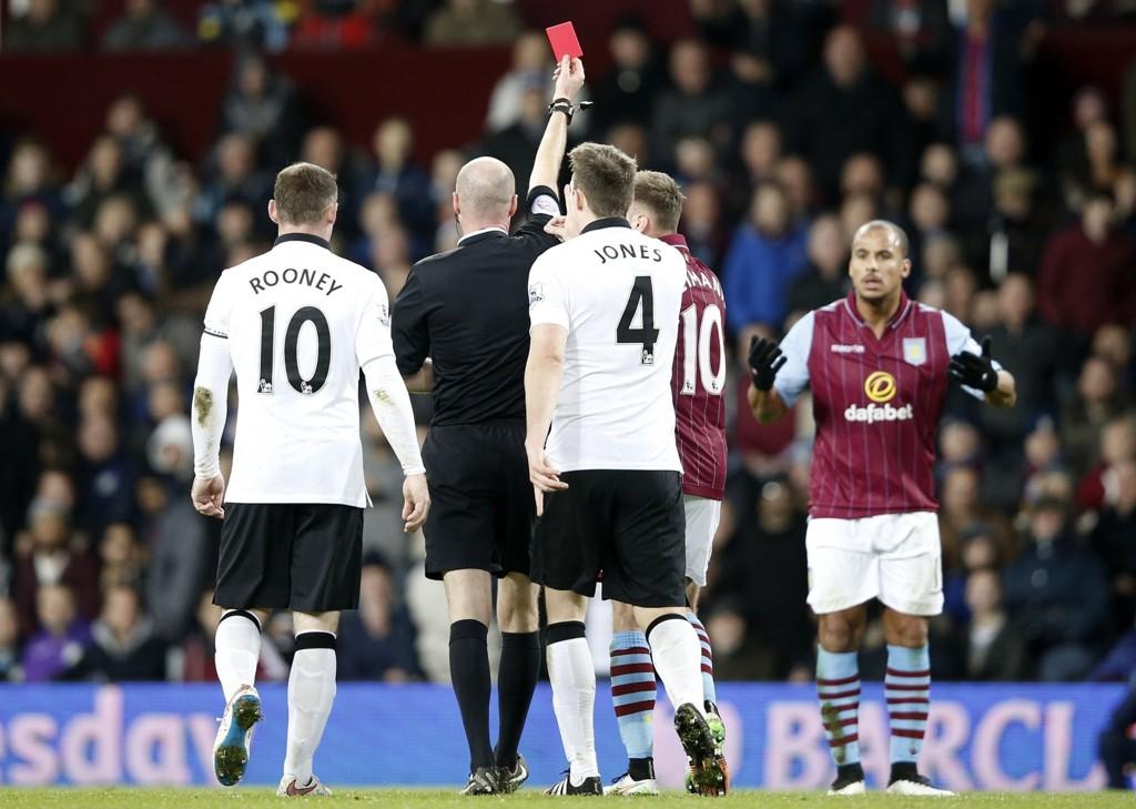 UTVIST: Gabriel Agbonlahor fikk direkte rødt kort.