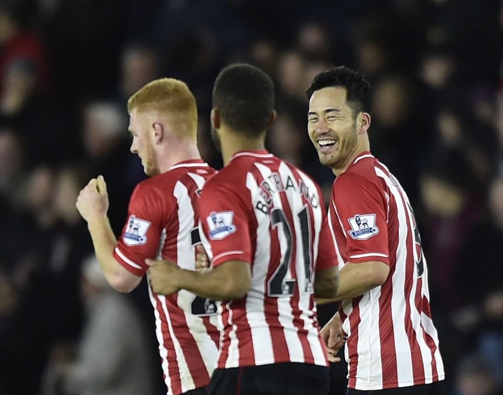 ENDELIG SEIER: Southamptons Maya Yoshida (høyre) jubler sammen med lagkameratene etter sin scoring mot Everton. Kampen endte 3-0 til hjemmelaget.