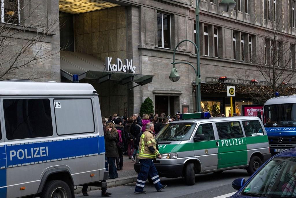 Politibiler utenfor varehuset KaDeWe (Kaufhaus des Westens) etter at fire ranere forsvant med dyre smykker lørdag formiddag. Elleve personer måtte ha legehjelp etter å ha blitt utsatt for tåregass.