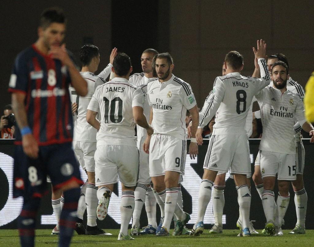 VERDENSMESTERE: Real Madrid-spillerne gratulerer Gareth Bale med hans 2-0-scoring mot San Lorenzo.