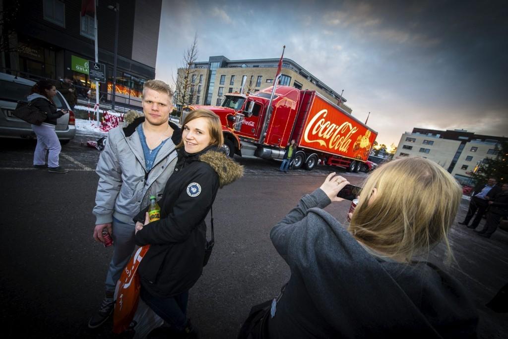 Kjærestene Martin Østgård og Susanne Marie Lysen syntes det var kult og ga julestemning da juletraileren til Coca-Cola var på Strømmen fredag ettermiddag.