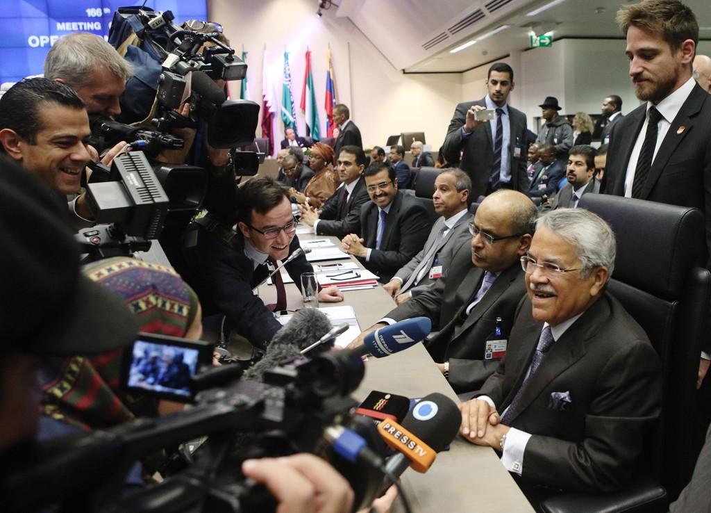 Ifølge Emiratenes oljeminister Suhail al-Mazrouei er det uansvarlige oljeproduserende land utenfor OPEC som er hovedårsak til lave oljepriser. Bilde: Fra OPEC-møtet desember 2014.
