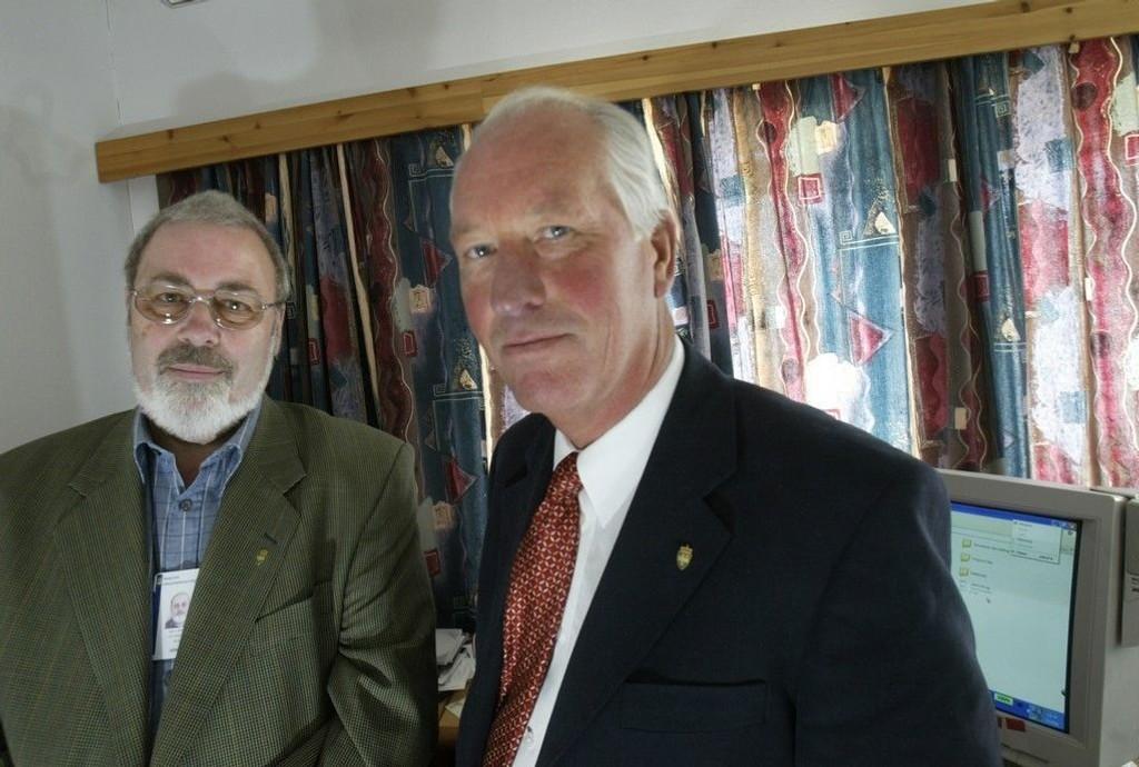 Seniorrådgiver Bjørn Nilsen og direktør Jan Erik Larsen (th) i Direktoratet for nasjonal sikkerhetsmyndighet (NSM) avbildet i 2004.
