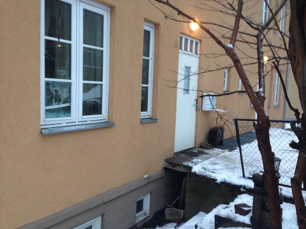 En mann ble natt til mandag funnet drept i dette huset. Politiet vet ikke hvem mannen er, eller når han skal ha blitt drept.