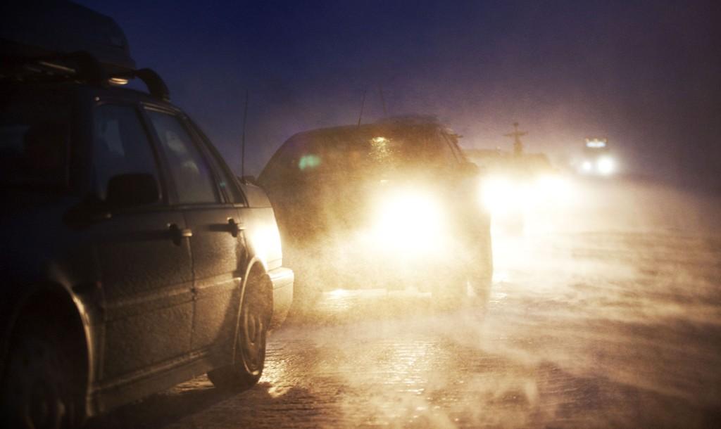 KOLONNEKJØRING: Det meldes om trafikkproblemer ved flere fjelloverganger mandag kveld. Foto: Scanpix