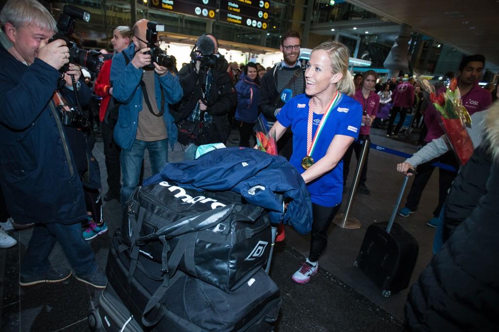 Heidi Løke og resten av hånballandslaget ankommer Gardermoen mandag kveld etter å ha vunnet EM-finalen søndag.