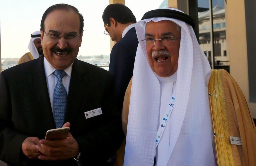 - Det er ikke i OPEC-produsentenes interesse å kutte produksjonen, uansett hva prisen er. Hvorvidt prisen faller til 20, 30, 50 eller 60 dollar, det er irrelevant, sier Saudi-Arabias oljeminister Ali al-Naimi (til høyre) til britisk avis. Til venstre: Bahrains oljeminister Abdulhussain bin Ali Mirza.