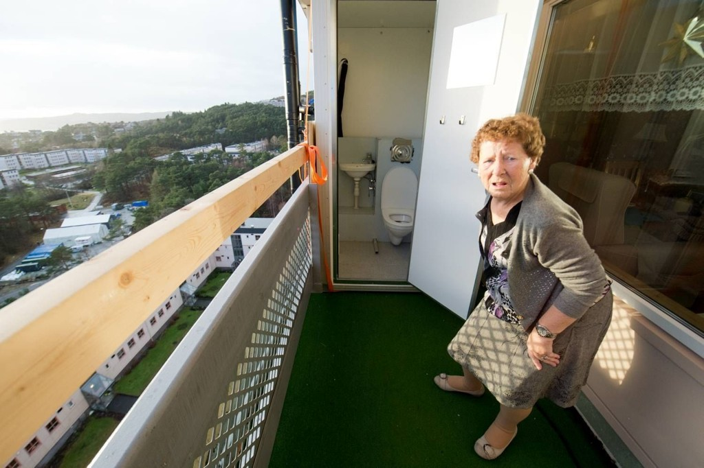 Grethe Waage Seehuus må gå på do på altanen. Hun klarer så vidt å komme seg ut på verandaen, rullatoren går ikke over den høye dørstokken.