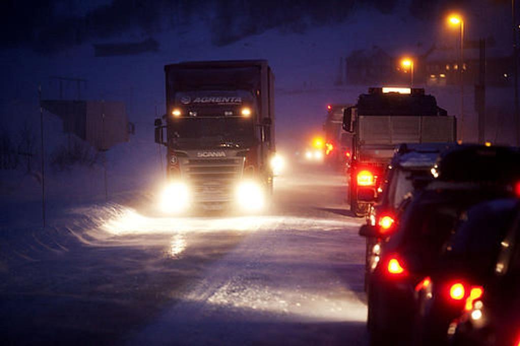 Det var mandag kolonnekjøring på riksvei 52 over Hemsedalsfjellet. Sterk vind og snøføyke gjorde at vegvesenet valgte å ha kolonnekjøring. Det er nå over 3 timer ventetid på stedet grunnet at vinden har tatt seg kraftig opp. Kø av biler, mest trailere. Forsinkelser i juletrafikken.