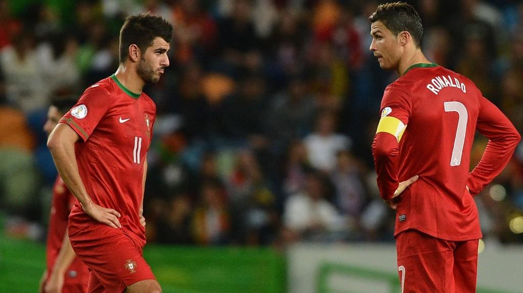TIL SWANSEA: Nelson Oliveira (t.v.) går på utlån til Swansea ut sesongen. Her tar han avspark sammen med Cristiano Ronaldo på det portugisiske landslaget.