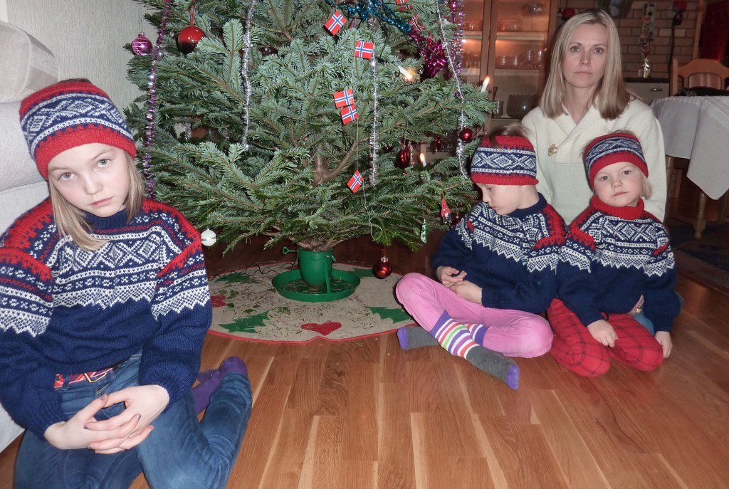 TRIST: (f.v.) Stella Louise Hudin (10 år), Edel Hjelle (6 år), Ingse Hjelle (3 år) og mamma Cecilie Hjelle går en trist jul i møte