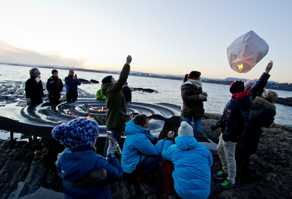 2. juledag holdes det minnemarkeringer rundt om i verden for dem som døde i tsunamikatastrofen for ti år siden. I Oslo er det et arrangement ved minnesmerket på Bygdøy, der både utenriksminister Børge Brende (H) og tidligere utenriksminister Jonas Gahr Støre (Ap) deltar. Foto: Vegard Grøtt / NTB scanpix
