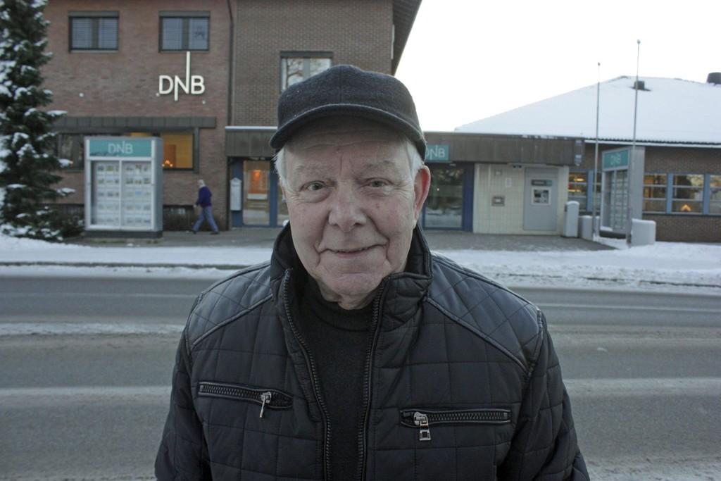 FÅR IGJEN PENGENE: DNB Jessheim vil erstatte pengene John Einar Johansen (83) mistet etter at han ikke fikk lov å overføre penger i banken. Foto: Kjell Aasum/Romerikes Blad