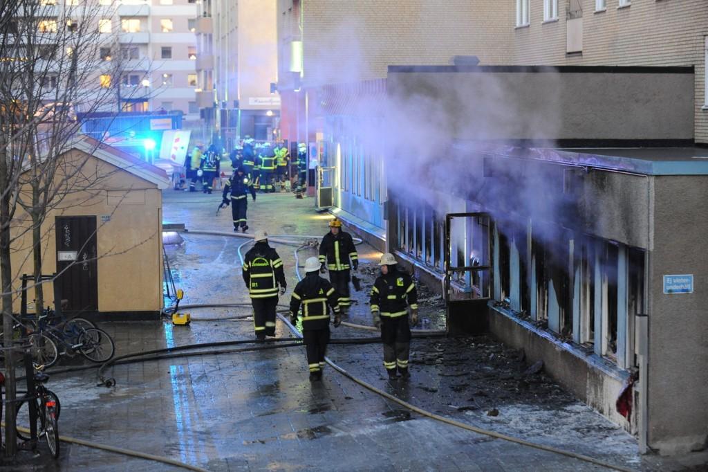 Fem personer ble brakt til sykehus etter en brann i en moské i Eskilstuna torsdag. Politiet etterforsker saken som mordbrann.