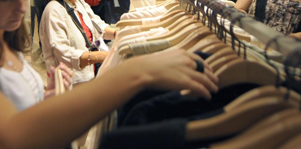 Kvinnen byttet om prislappen på en skjorte og endte opp med å betale mangedobbelt så mye.