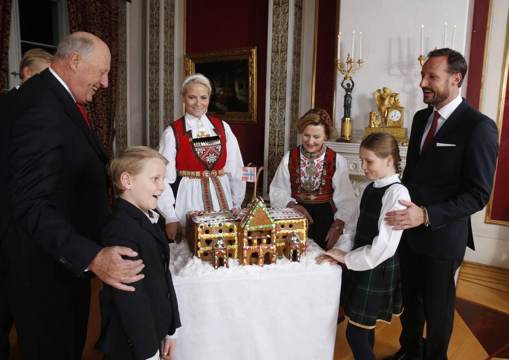 Kongefamilien samlet til fotografering på Slottet i Oslo julaften.