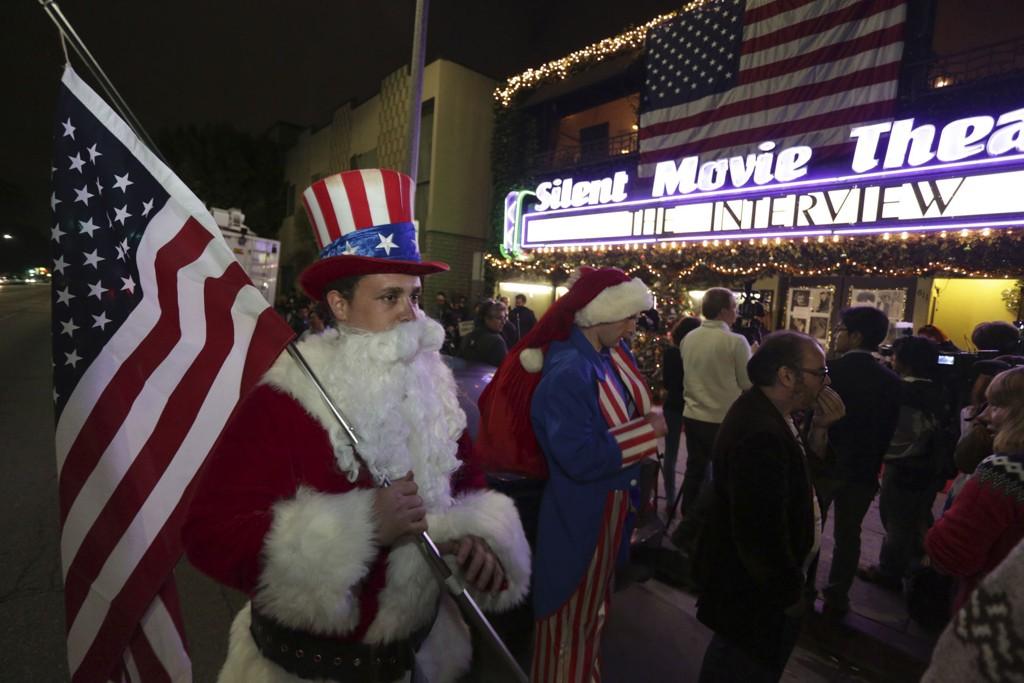Noen hadde kledd seg ut da de torsdag ankom Silent Movie Theatre i Los Angeles for å se actionkomedien «The Interview», som Nord-Korea har stemplet som en krigserklæring.