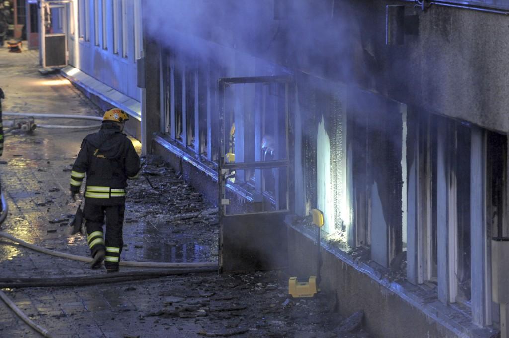 Fem personer ble skadd, en av dem alvorlig, i moskébrannen i Eskilstuna i Sverige torsdag.