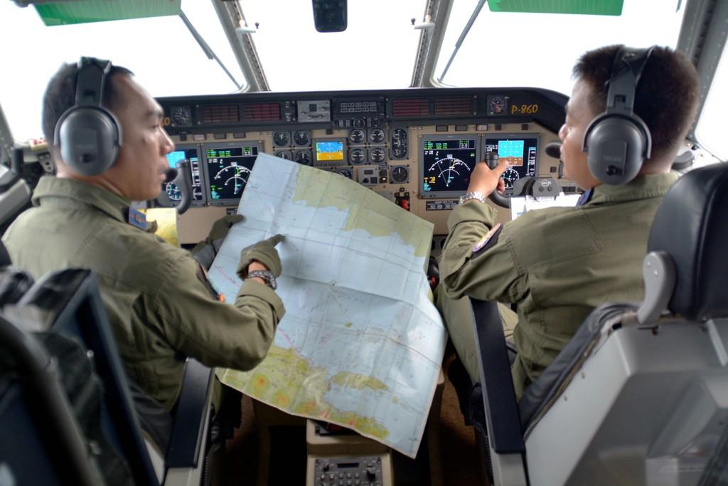 Det letes iherdig, blant annet fra luften, etter AirAsias flight QZ8501.
