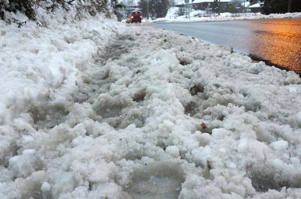 Slik ser fortauet ut etter at brøytemannskapene har fraktet vekk snø natt til mandag.