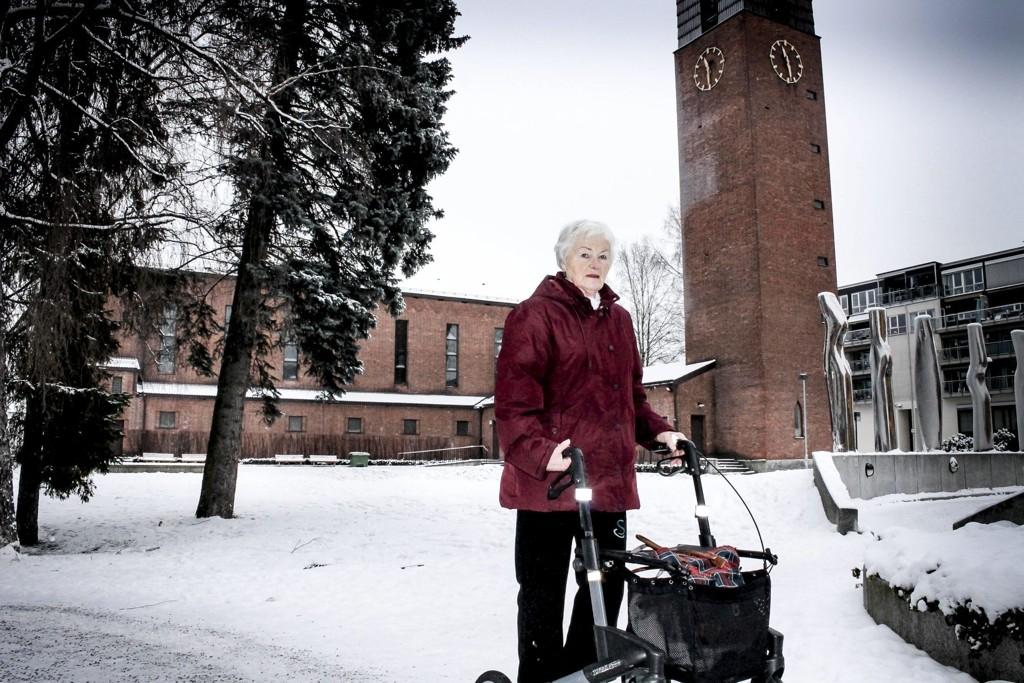 ADVARER: Marit Baardseth (79) glemte veska i rullatoren mens hun var på toalettet i Lillestrøm kirke. Etterpå var lommeboka borte.