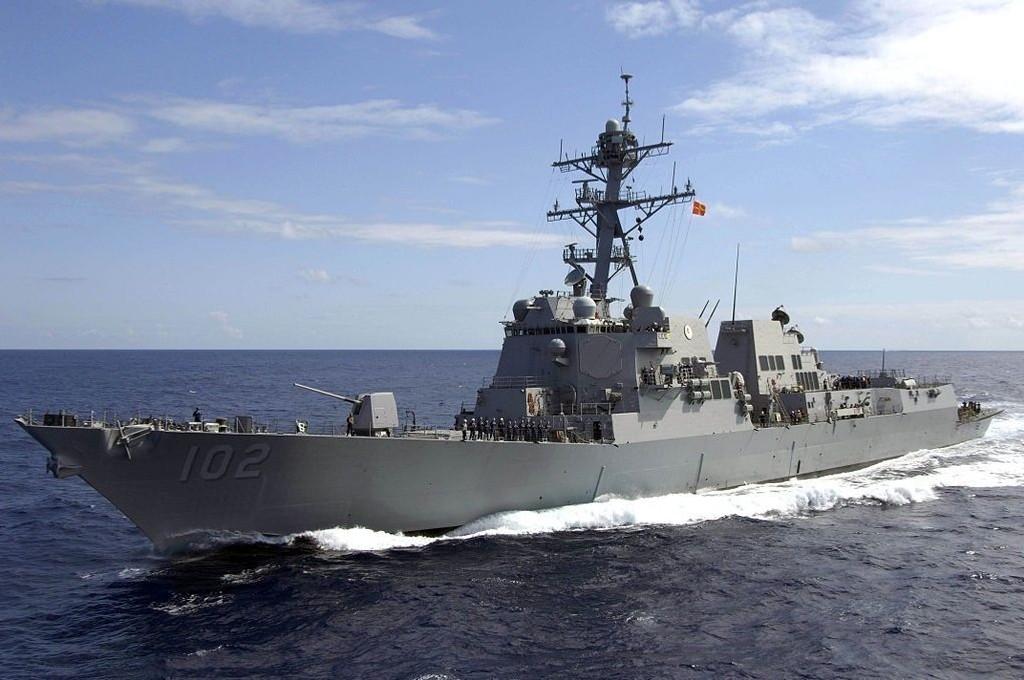 Det amerikanske marinefartøyet USS Sampson (bildet) slutter seg i løpet av tirsdagen til letingen etter AirAsia-flyet