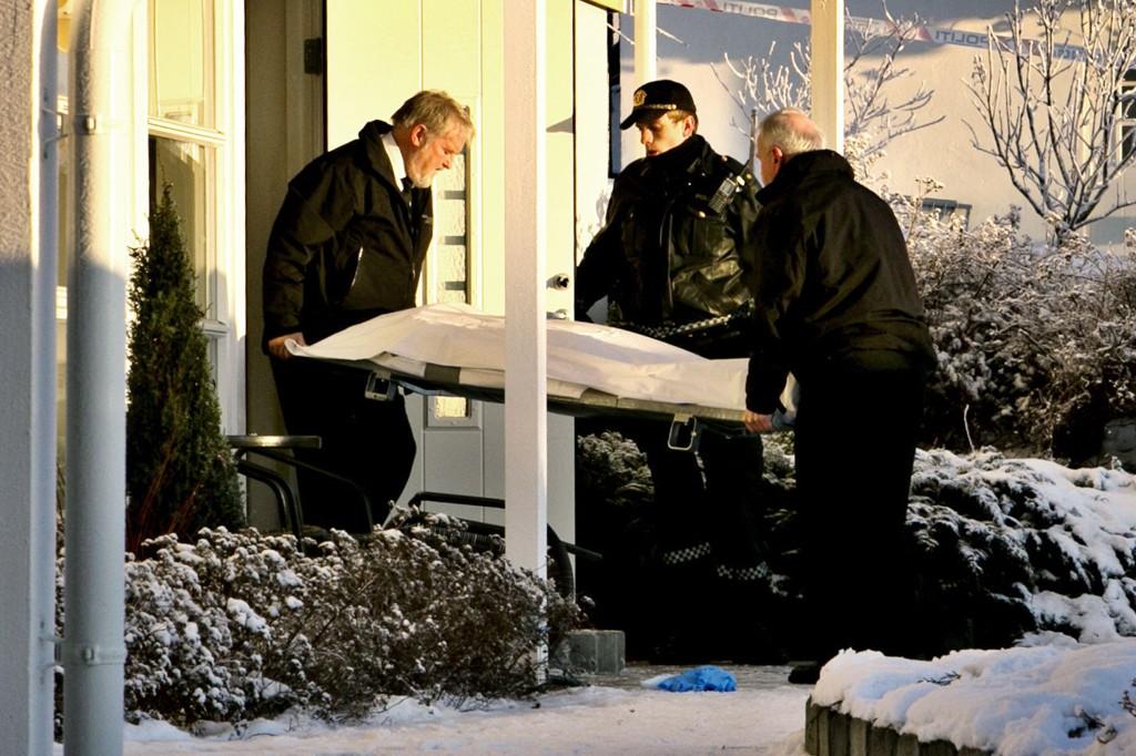 Begravelsesbyrået hentet ut den døde kvinnen tirsdag formiddag.
