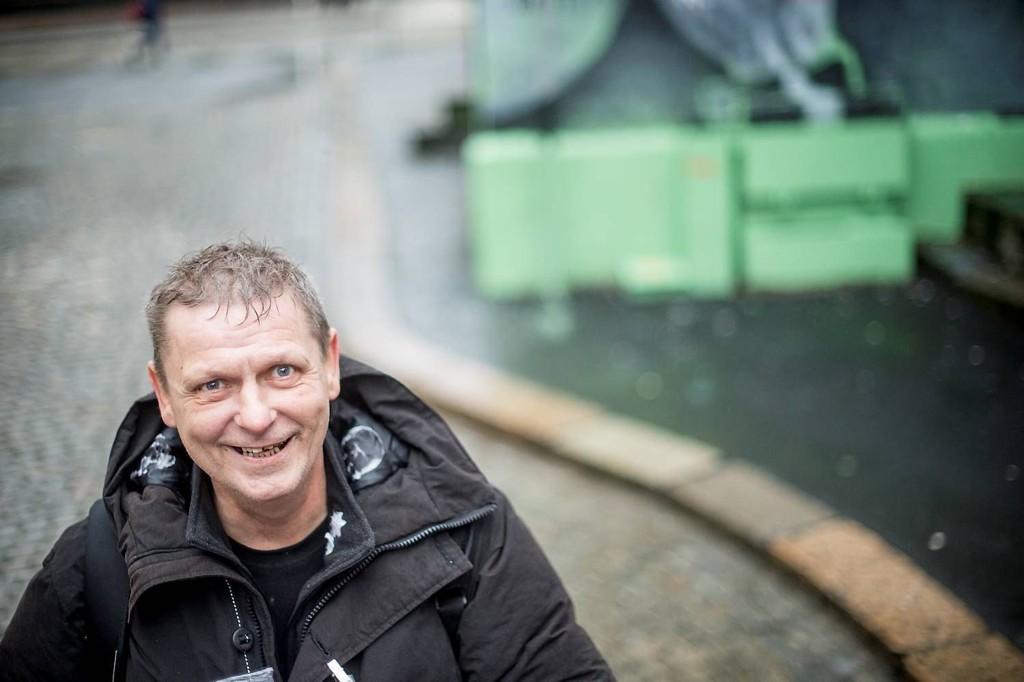 Megafon-selger Rune Bratland (53) mener at det viktigste man kan gjøre for å hjelpe mennesker med rusproblemer eller psykiske problemer tilbake til samfunnet, er å behandle dem med verdighet og respekt. Han ønsker seg at samfunnet skal betrakte hans jobb på lik linje med andre jobber.