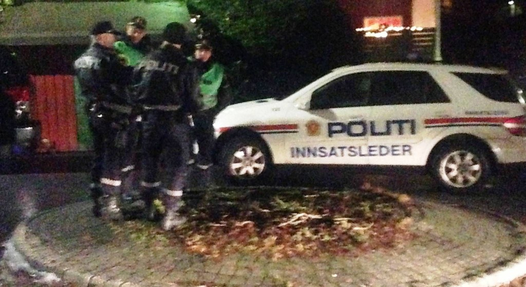 ALVORLIG ULYKKE: Politi og ambulanse på stedet like ved Flaktveithallen i Åsane, der en person ble skadet i forbindelse med fyrverkeri.
