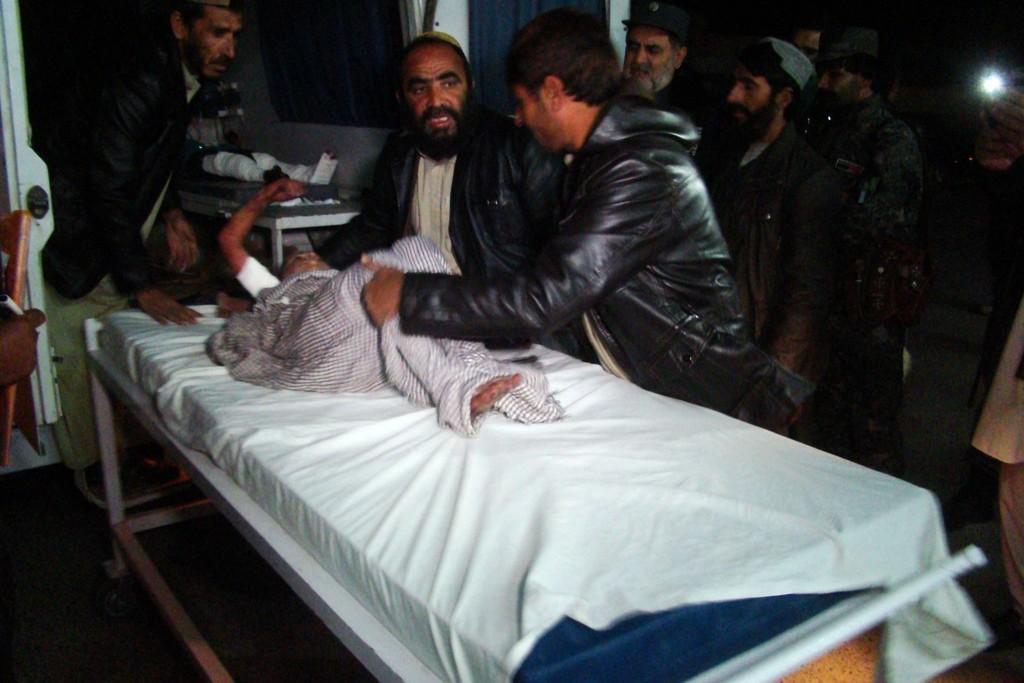 PÅ SYKEHUS: Et skadet barn får hjelp på et sykehus i Helmand-provinsen sør for Kabul etter rakettangrepet som rammet en bryllupsfeiring.