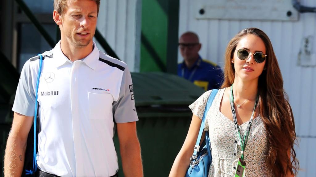 McLaren-fører Jenson Button giftet seg med sin mangeårige kjæreste, Jessica Michibata, på Hawaii nyttårsaften.