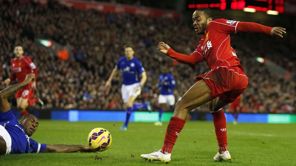 STRAFFE: Her treffer ballen ansiktet til Wes Morgan. Dommer MIke Jones trodde ballen traff hånda til Leicester-spilleren og pekte på straffemerket.
