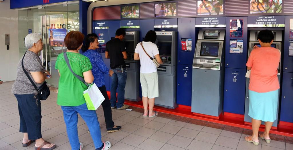 Det kan lønne seg å ta ut valuta, først når du har kommet til ferielandet. Men husk da å bruke debetkort - ikke kredittkort.