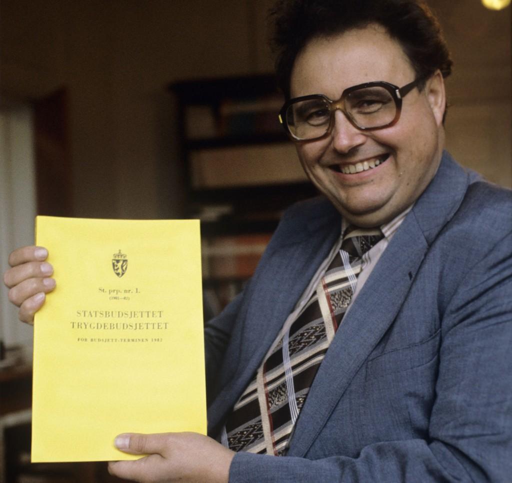 Ulf Sand med det siste statsbudsjettet han la fram, høsten 1981.