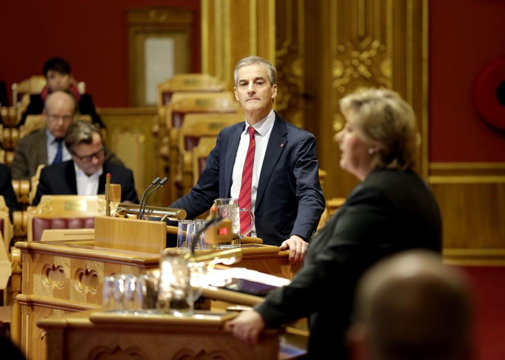 Ap-leder Jonas Gahr Støre ville etter alt å dømme overtatt som statsminister for Erna Solberg (H) dersom det hadde vært stortingsvalg i Norge nå. Her er de begge i aksjon under en av de siste spørretimene i Stortinget i fjor