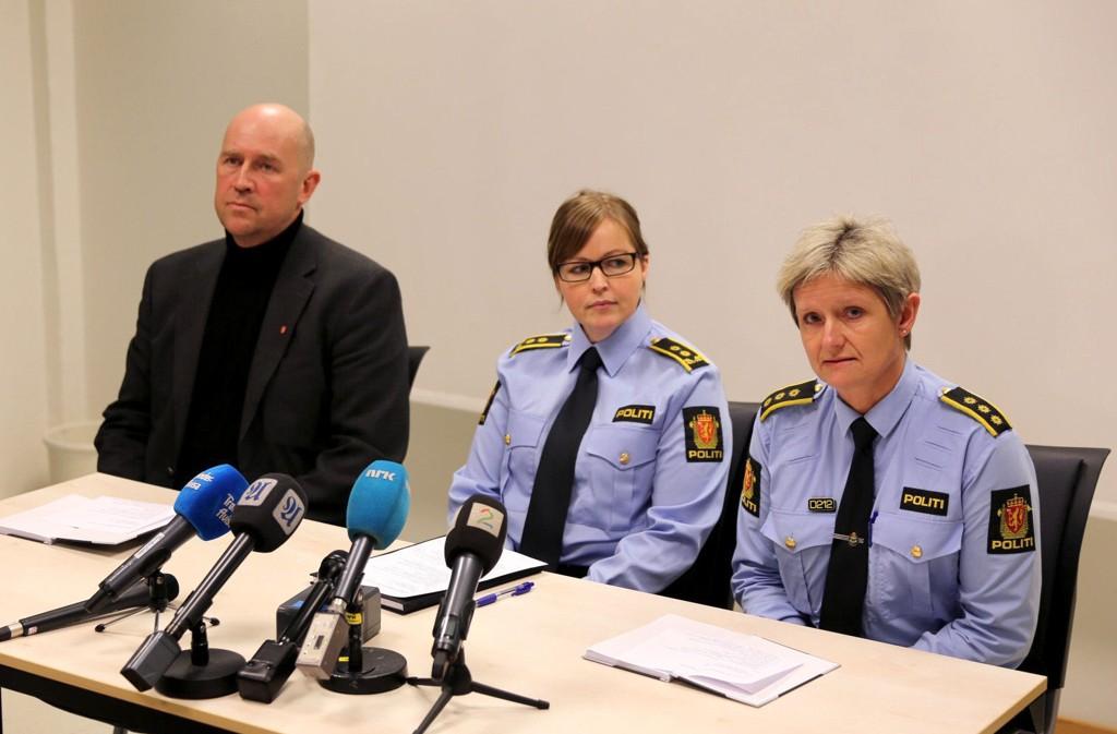 Levanger-ordfører i Levanger Robert Svarva (t.v.) , politiadvokat Tove Jensen Røddesnes og lensmann Anne B. Ulvin holdt fredag pressekonferanse om drapet og selvdrapet i Levanger