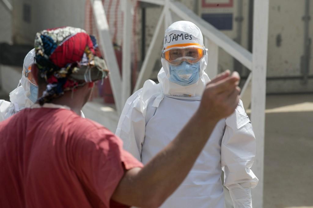 FN tror ebolaepedemien opphører i 2015. Dette bildet er av en helsearbeider ved det britisk-driftede Redd Barna-senteret utenfor Freetown i Sierra Leone.