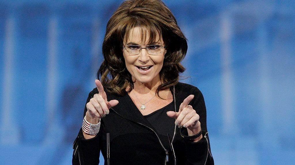 Tidligere visepresidentkandidat Sarah Palin får kritikk fra sine Facebook-tilhengere etter at hun postet et bilde av sønnen sin som står oppå familiehunden.