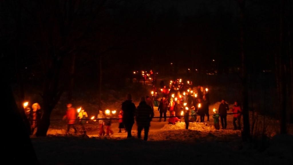 FAKKELTOG: Fem forskjellige fakkeltog nærmer seg Tyskertoppen på Korsvoll, nyttårsaften. Foto: Korsvoll vel