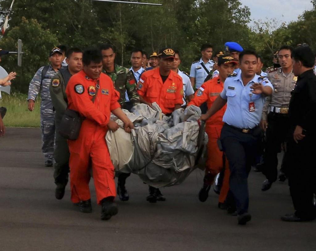 Redningsarbeidere bærer vrakrester funnet i sjøen i Pangkalan Bun.