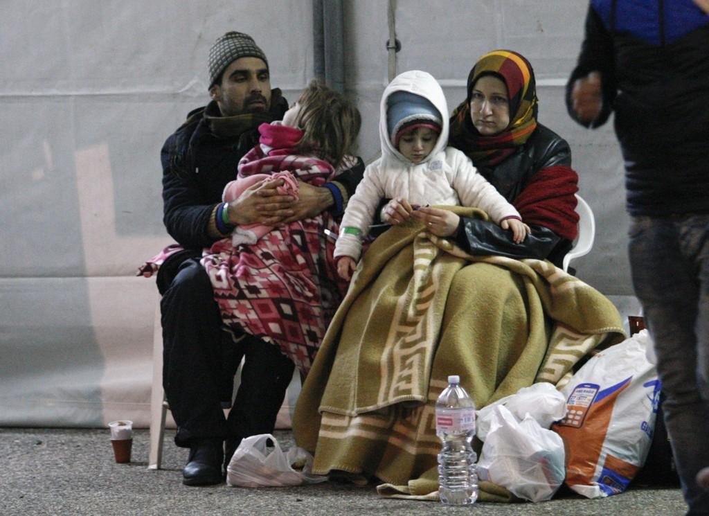 Denne familien var blant de 360 flyktningene som lørdag fikk komme i land i Italia etter å ha drevet rundt på sjøen med skipet Ezadeen.