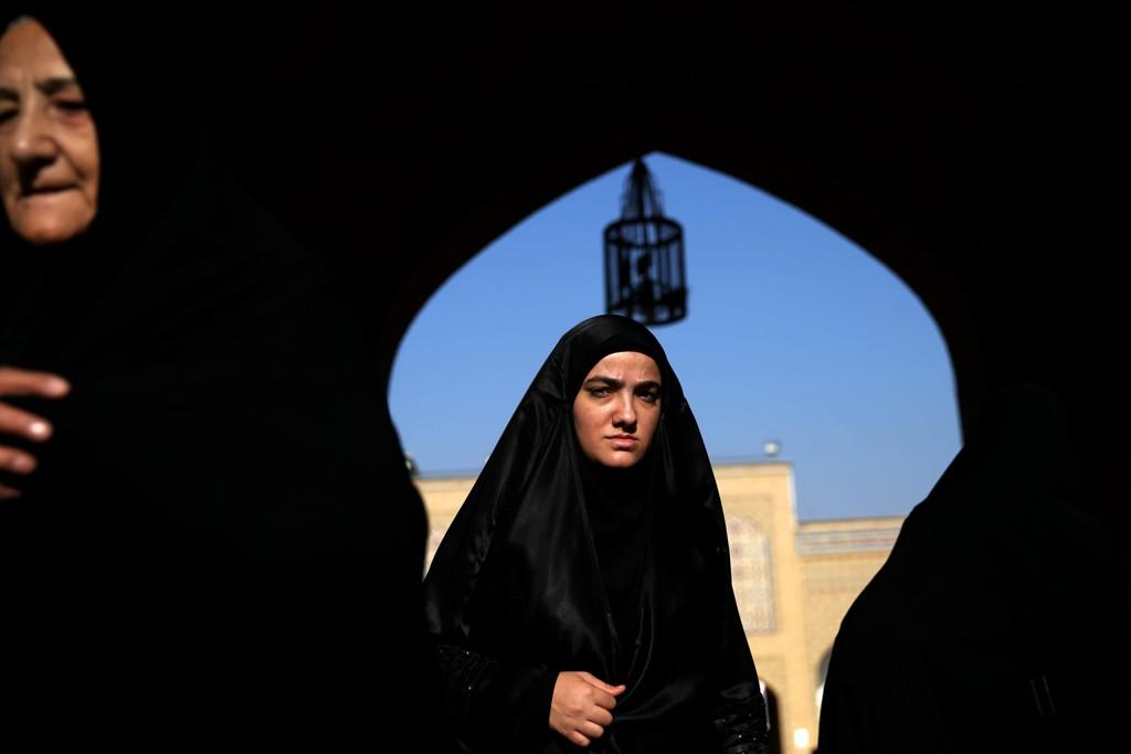 Stadig flere iranske kvinner tøyer hijab-påbudet og nøyer seg med å dekke hodet med tynt, gjennomsiktig slør.