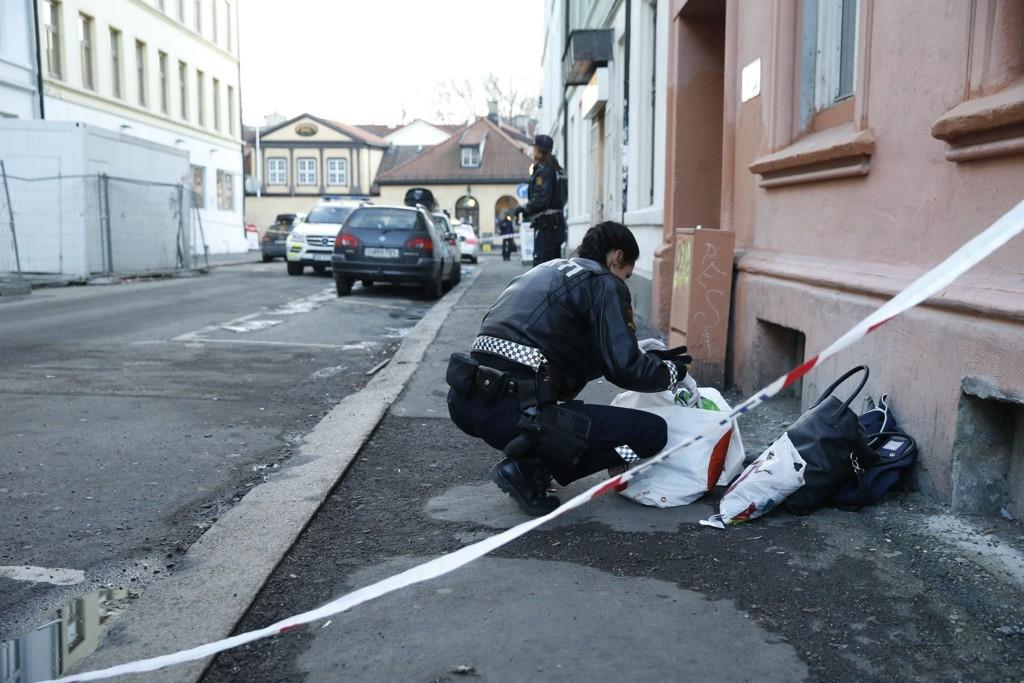 Politiet på åstedet i Osterhaus' gate i Oslo hvor en mann ble knivstukket lørdag ettermiddag.