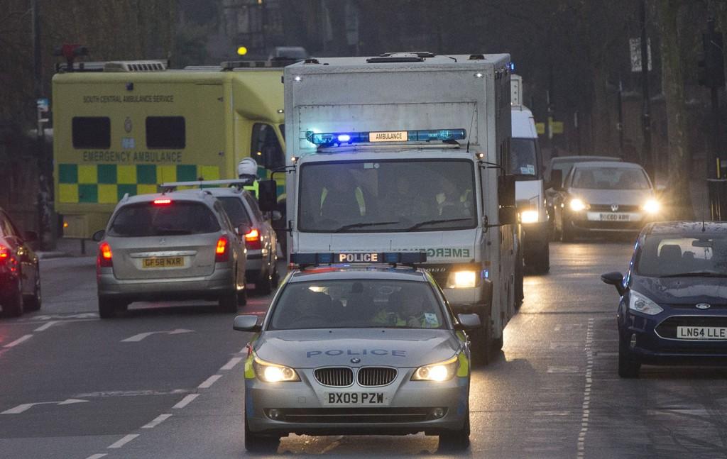 En kolonne med den britiske sykepleieren fotografert ved ankomst til Royal Free Hospital i London 30. desember. Pasientens tilstand er nå kritisk, opplyser sykehuset.