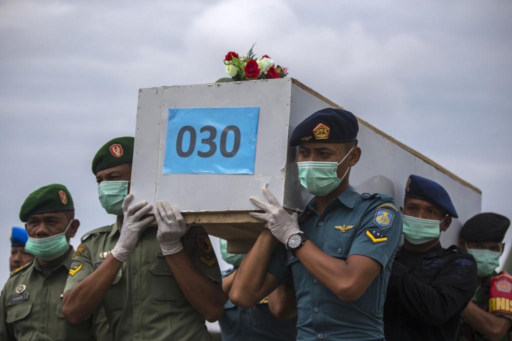 34 omkomne er til nå hentet opp fra farvannet der AirAsias rute 8501 styrtet for en uke siden. Flyet hadde 162 mennesker om bord da det styrtet på vei fra Surabaya til Singapore.