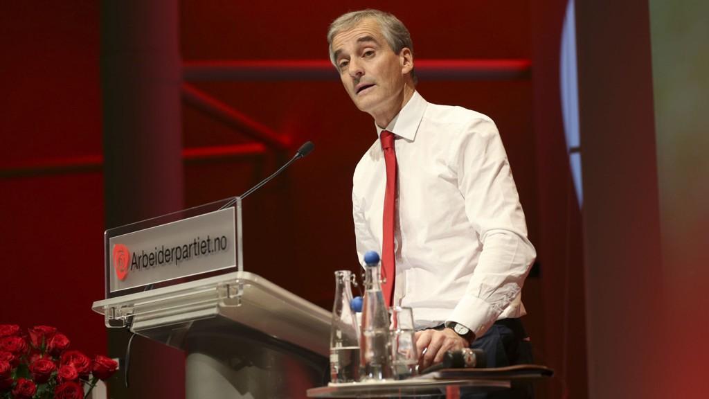 Partileder Jonas Gahr Støre på talerstolen på landsstyremøte i Arbeiderpartiet.